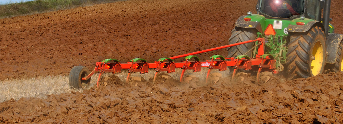 Fixed mouldboard plough